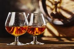 Glas twee van Cognac en oud eiken vat defocussed royalty-vrije stock foto