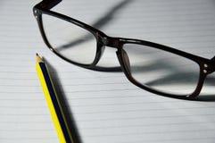 Glas und Bleistift Lizenzfreies Stockfoto