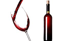 Glas und eine Flasche Rotwein Stockfotos