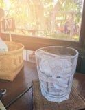 Glas und Eis auf einem Holztisch stockfoto