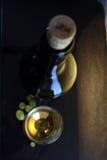 Glas und Flasche des weißen Weins Stockbilder