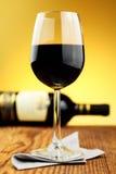 Glas und Flasche feiner italienischer Rotwein Stockfotografie