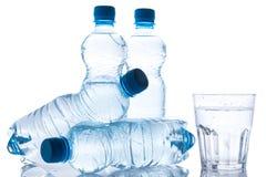 Glas und Flaschen mit Süßwasser stockfotografie