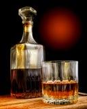 Glas- und Glasdekantiergefäß mit Alkohol Stockbilder