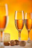 Glas und Käse des weißen Weins Stockfotos