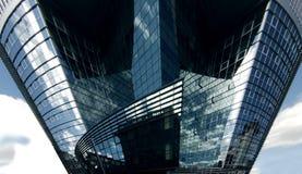 Glas und Stahl konfrontierten Bürohaus Stockfotografie