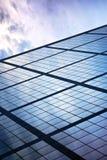 Glas und Stahl mit Reflexion des Himmels Lizenzfreie Stockbilder