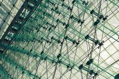 Glas- und Stahlwand im Wolkenkratzer Stockfotografie