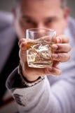 Glas van alcoholische drank in man hand stock afbeeldingen