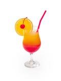 Glas van alcoholische drank met kers, sinaasappel en ijs Stock Fotografie
