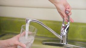 Glas van bevroren leidingwater stock video