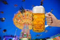Glas van bierholding ter beschikking in Oktoberfest in München royalty-vrije stock foto's