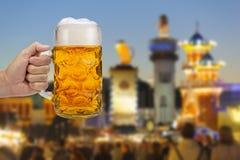 Glas van bierholding ter beschikking in Oktoberfest in München stock foto