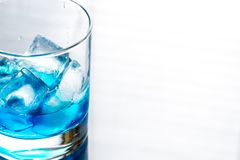 Glas van blauwe curacao cocktail Stock Fotografie