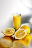 Glas van citroen smoothies dichtbij verse citroenen Royalty-vrije Stock Foto's