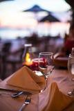 Glas van de close-up het lege wijn op de vastgestelde lijst bij royalty-vrije stock foto's