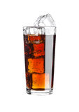 Glas van de drankkoude van de kolasoda met ijsblokjes Stock Foto's