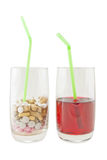 Glas van de Pillen van de Vitamine tegenover Sap - Isolatie royalty-vrije stock fotografie