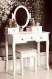 Glas van de schoonheids het uitstekende pijler met een ovale spiegel met een stoel royalty-vrije stock foto
