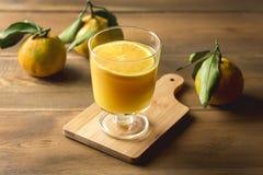 Glas van de Smakelijke Drank van Achtergrond citrusvruchtenjuice refreshing tangerin orange juice Houten Gezonde van Detox stock foto