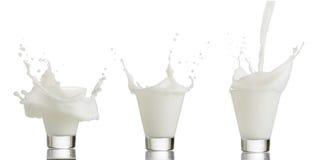 Glas van het bespatten van melk op witte achtergrond wordt geïsoleerd die Stock Foto