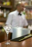Glas van ijs op staaf Stock Foto's