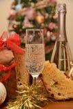 Glas van Italiaanse spumante op pianoinstrument voor gelukkig nieuw jaar met Kerstmisdecoratie royalty-vrije stock afbeeldingen
