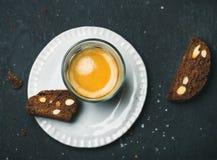 Glas van koffieespresso met chocolade en overzeese zoute biscottii royalty-vrije stock foto