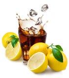 Glas van kola met ijs en citroen op wit wordt geïsoleerd dat. Royalty-vrije Stock Foto