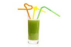 Glas van komkommersap en plak van een komkommer Stock Foto's