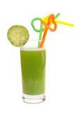 Glas van komkommersap en plak van een komkommer Stock Foto