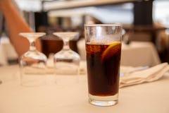Glas van koude drank in straatkoffie Royalty-vrije Stock Afbeeldingen