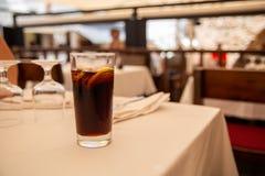 Glas van koude drank in straatkoffie Stock Foto