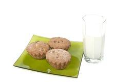 Glas van melk en cake drie. Stock Foto