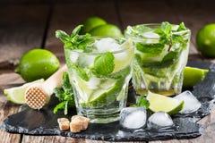 Glas van mojitococktail met verse kalk Royalty-vrije Stock Afbeeldingen