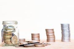 Glas van muntstuk en uitgespreid muntstuk op vloer op vage wijnoogst backgr Royalty-vrije Stock Foto