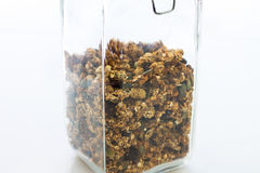 Glas van naar huis gebakken granola op wit stock fotografie