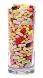 Glas van pillen op witte achtergrond worden geïsoleerd die royalty-vrije stock foto