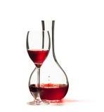 Glas van rode die wijn en Karaf op witte achtergrond wordt geïsoleerd Stock Afbeeldingen