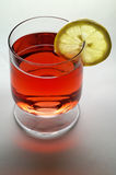 Glas van rode vloeistof (wijn, thee, enz.) Royalty-vrije Stock Afbeeldingen