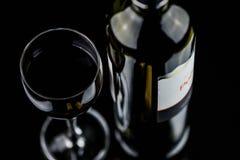 Glas van Rode Wijn en Fles Royalty-vrije Stock Afbeeldingen