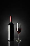 Glas van Rode Wijn en Fles Royalty-vrije Stock Foto's