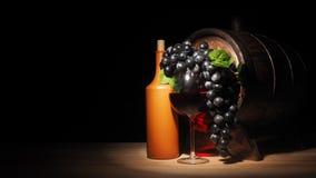 Glas van rode wijn en vat op houten lijst stock foto's