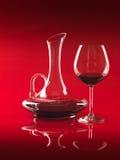 Glas van rode wijn en waterkruik Stock Foto's