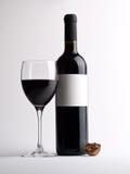 Glas van rode wijnstok met fles Royalty-vrije Stock Fotografie