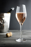 Glas van Rose Pink Champagne en Koeler royalty-vrije stock foto's