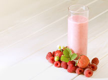 Glas van smoothie in de tuin Royalty-vrije Stock Foto