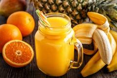 Glas van smoothie met fruit, selectieve nadruk Stock Fotografie