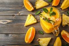 Glas van smoothie met fruit, selectieve nadruk Stock Afbeelding