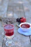 Glas van verse yoghurt met zoete, sappige framboos en blackcurrant op voorgrond - gezond ontbijt Royalty-vrije Stock Afbeeldingen